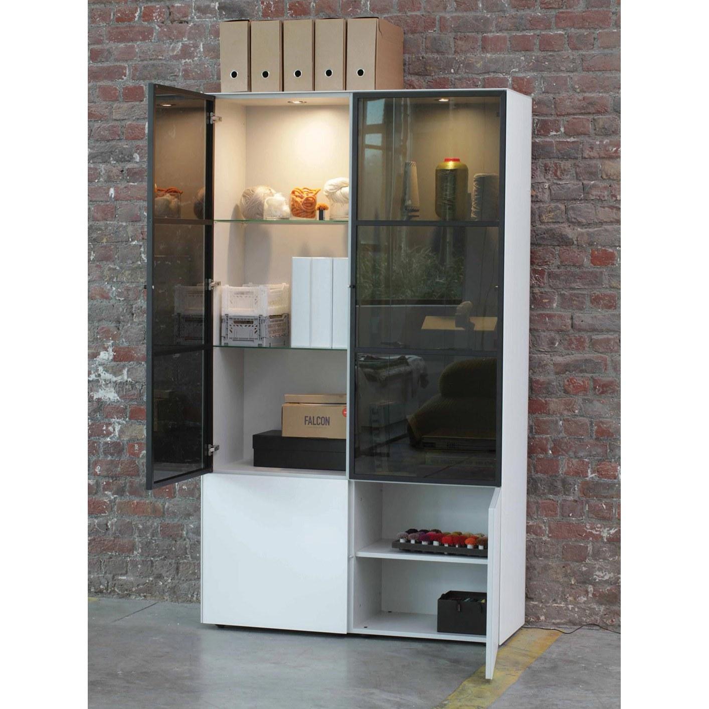 Cette armoire design de la marque Joli est confectionnée en verre.