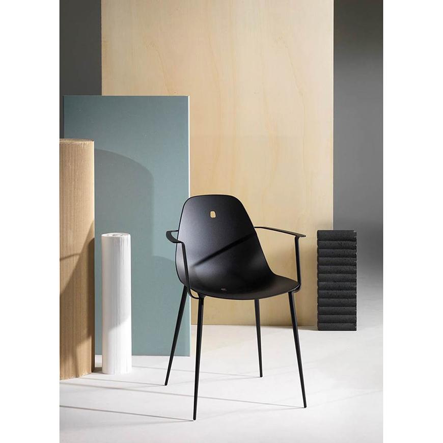 Cette chaise design de la gamme Marguerite a été réalisée par le designer Mathias De Ferm.