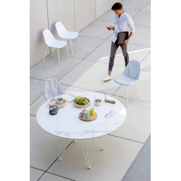Cette table design de la marque Joli possède un plateau en calacatta.