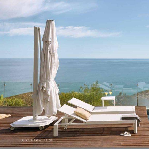 Ce parasol de luxe élégant de la marque Jardinico possède une base minimaliste et inoxydable.