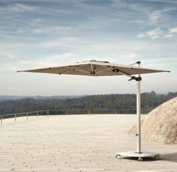 Ce parasol haut de gamme résiste aux vents jusqu'à 80 km/h. Son design épuré permet de l'utiliser avec discrétion en terrasse ou dans un jardin.