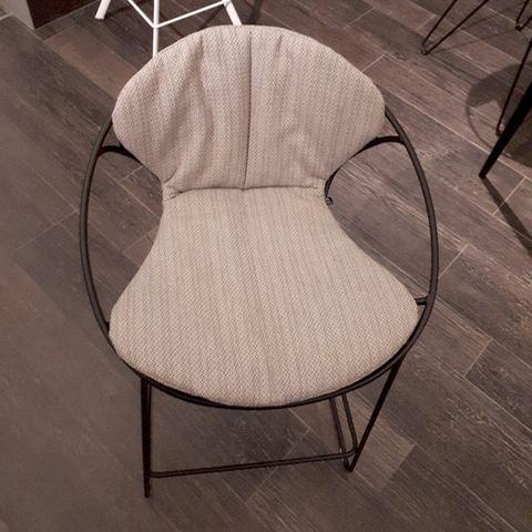 Ce coussin design et confortable de JOLI est décliné en plusieurs coloris.