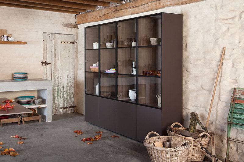 Cette armoire design est réalisée en verre Matilux et possède un revêtement intérieur en bois mélaminé.