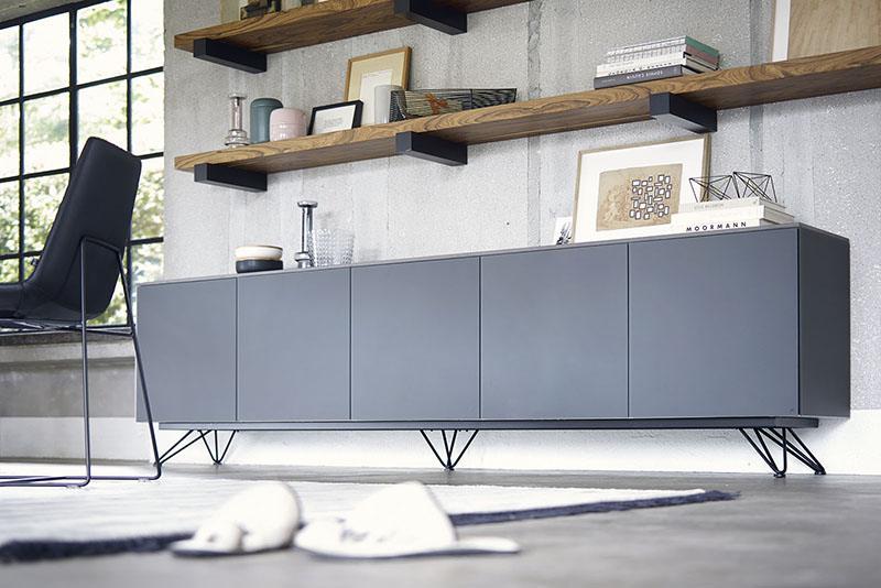 Ce buffet élégant du designer Chris Vankeirsblick de la marque Joli est disponible en plusieurs coloris.