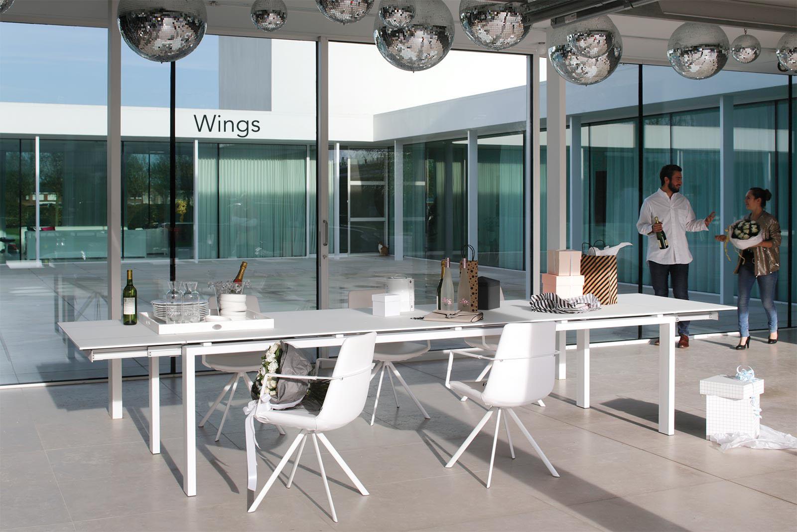 La table design Wings extensible de la marque Joli est adaptée pour les repas en famille ou entre amis et les réunions.