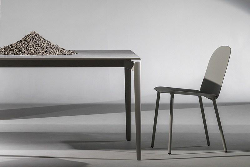 La table design Layer en Xeramica possède une structure en aluminium laqué.