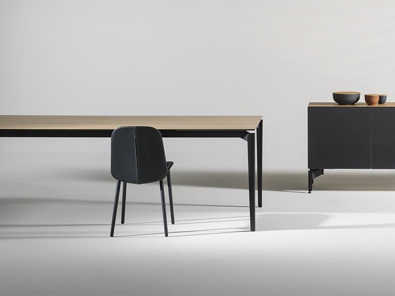 Cette table contemporaine de la marque Joli a été conçue par le designer Sylvain Willenz.