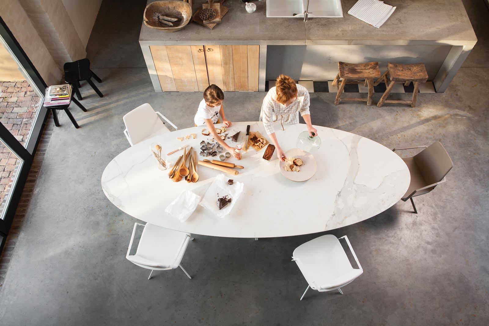 Table design contemporaine pour jardin ou pour terrasse WIRE de JOLI.