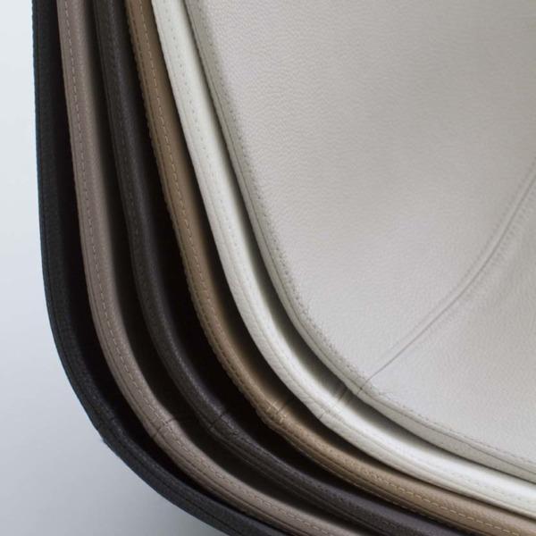 Ces coques en cuir sont spécialement adaptées pour revêtir les fauteuils et la chaise de la collection MARGUERITE.