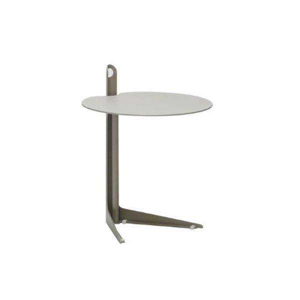 Cette table d'appoint basse design COLLINS de JOLI dont les formes sont inspirées des créations industrielles.