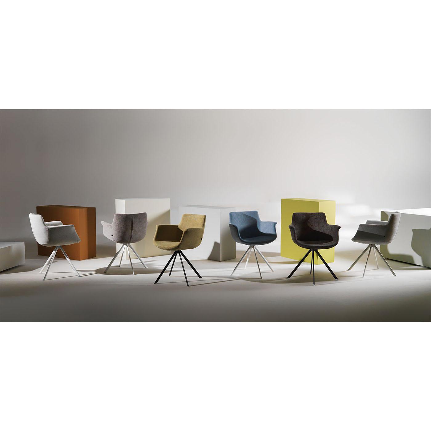 Ces chaises contemporaines de marque Joli possèdent des structures en métal.