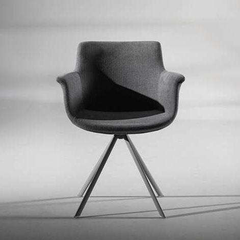 Cette chaise élégante de la marque Joli peut être choisie avec l'option tissu pour l'assise.