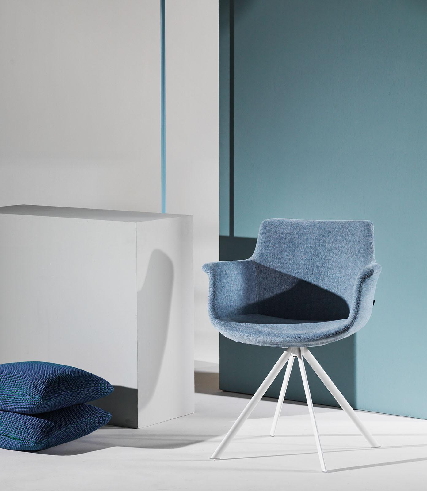 Cette chaise design au revêtement en tissu apporte une certaine douceur.