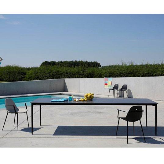 Table design extérieur MARGUERITE de JOLI aux lignes sobres et aux pieds coniques stylisés.