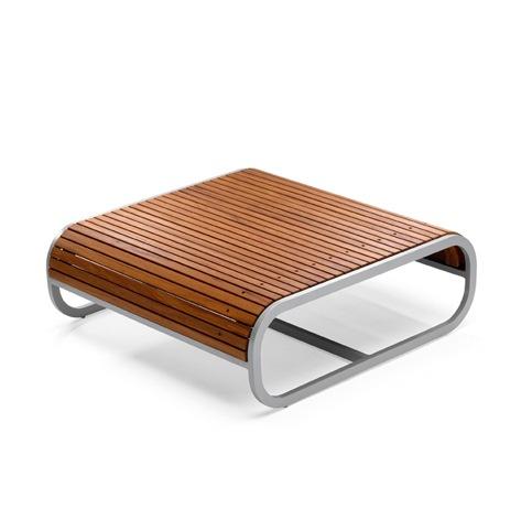 Table basse carré design TANDEM de EGO Paris est disponible avec une structure en aluminium;