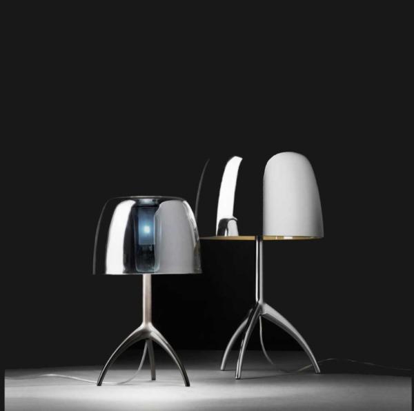 Lampe de table LUMIERE de FOSCARINI avec diffuseur verre et finition miroir.