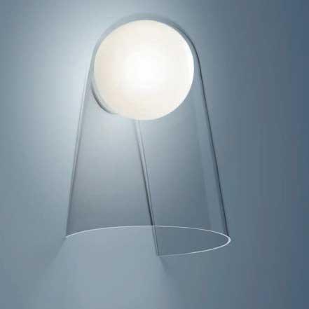 Lampe applique Satellight de FOSCARINI a une manière de diffuser une lumière agréable.