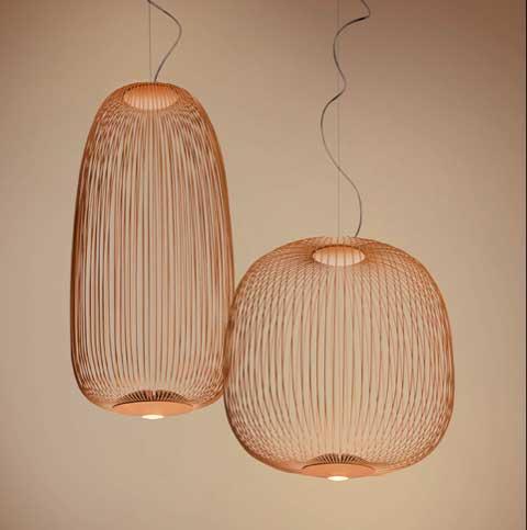 lampe suspension SPOKES 2 de FOSCARINI a une manière de laisser filtrer la lumière remarquable.