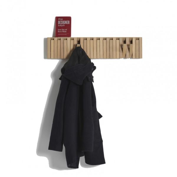 Portemanteau XYLO de PERUSE est fabriqué avec des touches en chêne, en hêtre et en noyer.