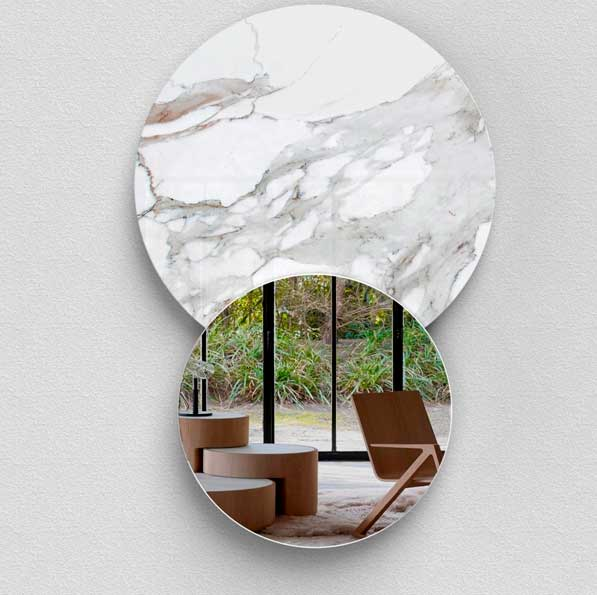 Miroir mural DO IT PER/USE est fabriqué en marbre.