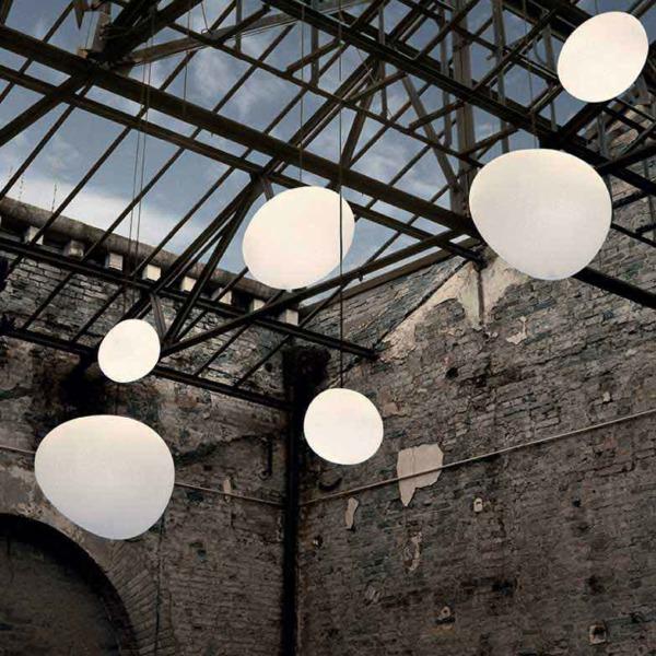 Lampe suspension en verre soufflé satiné de Foscarini dont la forme ovoïdale apporte une atmosphère douce.