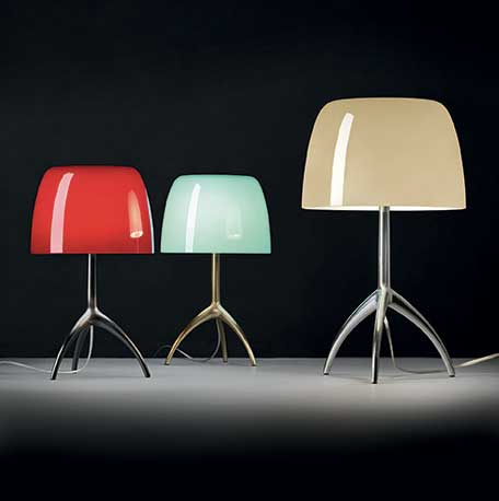 Lampe de table Lumière de Foscarini avec diffuseur verre et finition miroir.