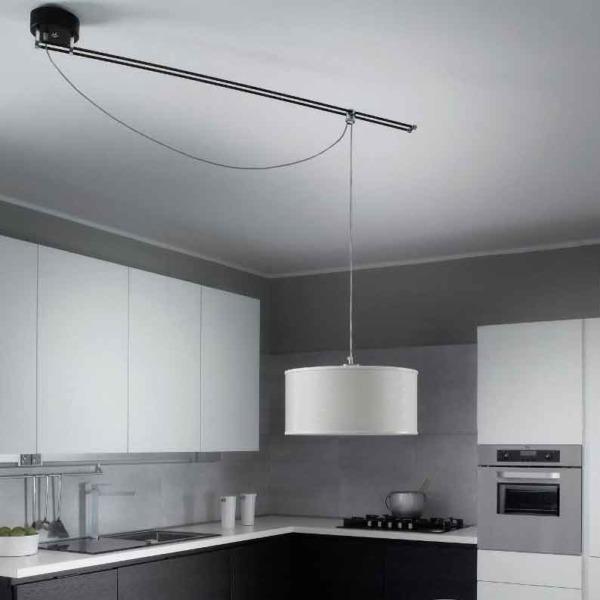 Cette lampe suspension Moove de la marque Lumina pivote à 360 degrés.