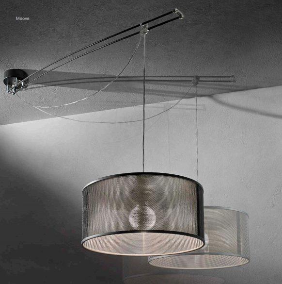 Lampe suspension Moove dotée d'un support plafonnier décentré pivotant à 360 degrés.
