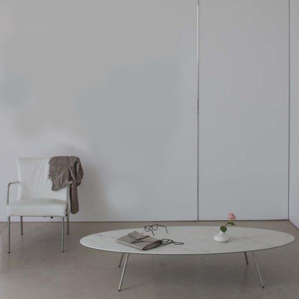 Cette table de salon design ELYPS de JOLI est remarquable pour sa simplicité.