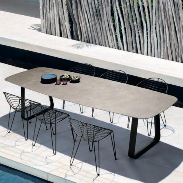 Table design extérieur et intérieur CURVE de JOLI aux lignes sobres et aux pieds stylisés.