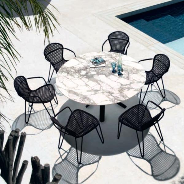 Cette table design FIZZ de la marque belge JOLI est contemporaine.