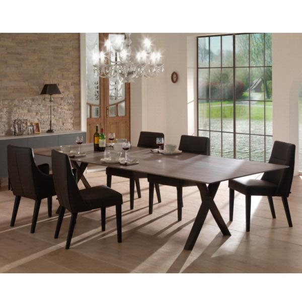 Cette table PROPELLER de JOLI est conçue par le designer John Ghekiere et Manuel Vanden Bulcke.