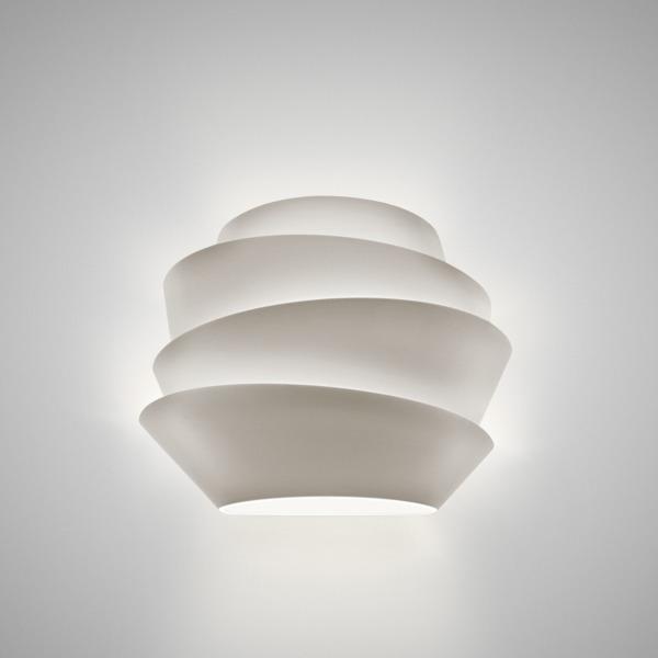 Lampe murale SOLEIL Foscarini est fabriquée en Italie selon un style design industriel.