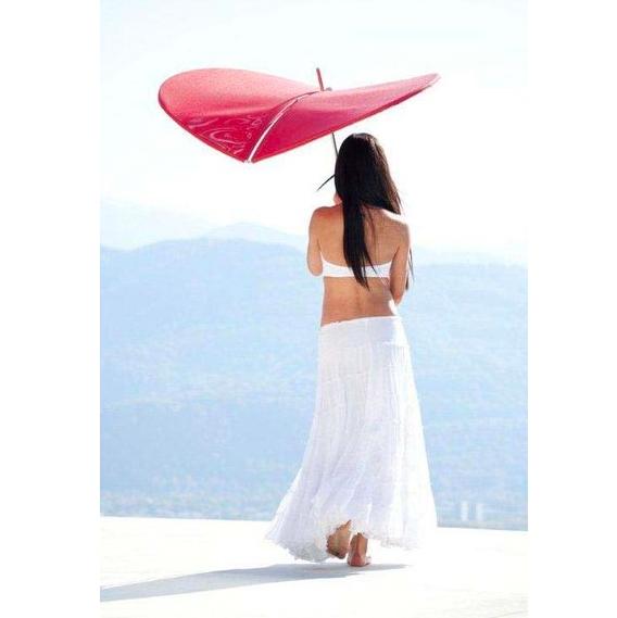 Ce parasol pétale de la marque EGO Paris est idéal pour se protéger du soleil avec charme