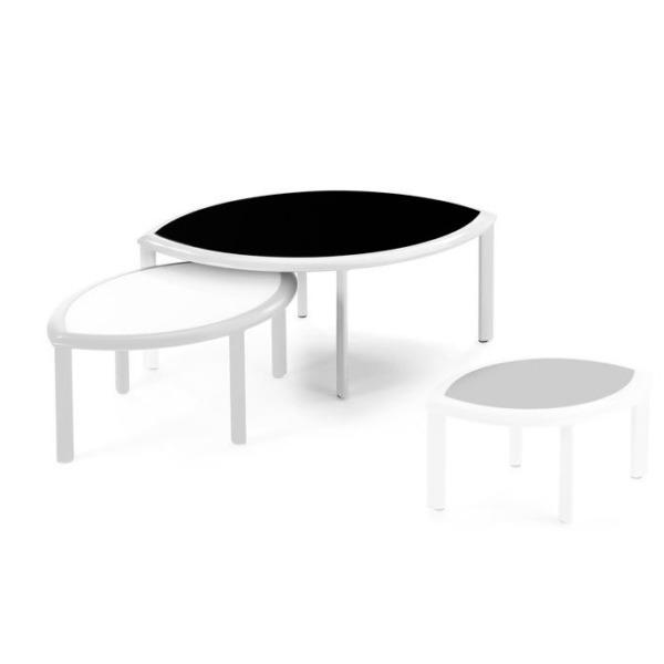 La table basse design PREMIERE de la marque EGO Paris est idéale pour aménager un espace extérieur.