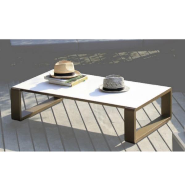 Table basse KAMA EGO Paris est pratique en intérieur et en extérieur.