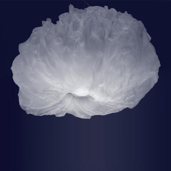 La Suspension Nuée de foscarini fournit une éclairage remarquable grâce à ses sources de lumière.