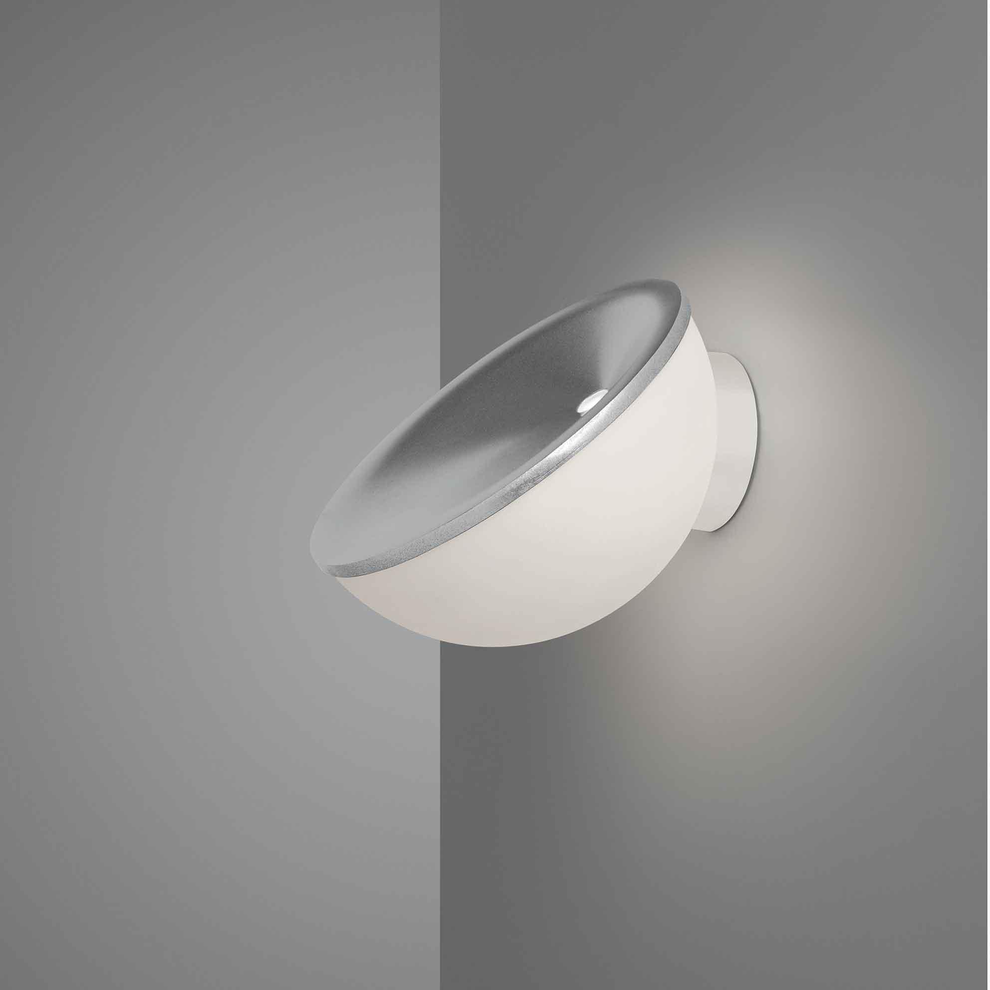 L'applique Beep de Foscarini projette une lumière qui se reflète sur le mur et le plafond avec unerotation de 360 ° sur la base.